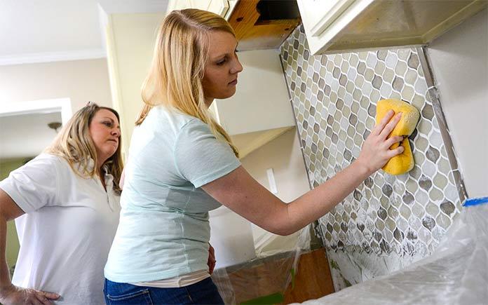 Chelsea Lipford Wolf instalando placa para salpicaduras de cocina
