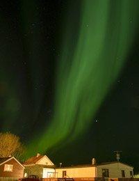 Aurora boreal sobre casa causada por la actividad solar