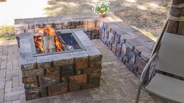 pozo de fuego y banco de la esquina