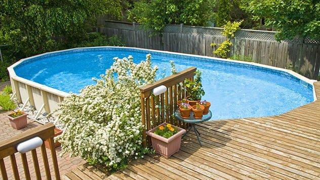 patio trasero con piscina